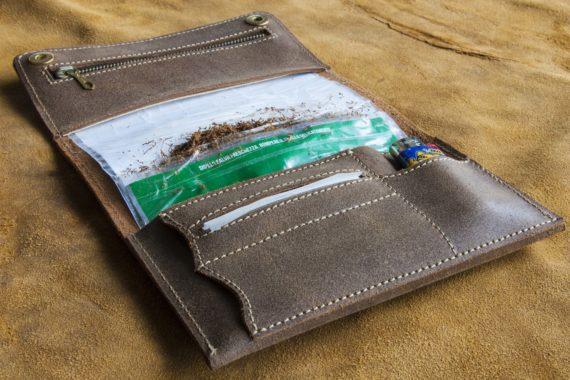 Portatabacco in pelle, pochette portatabacco che include tasca con lampo per i filtri, una tasca per il tabacco, due taschine per le cartine, e una taschina per l'accendino